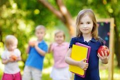 回到学校的激动的矮小的女小学生 免版税图库摄影
