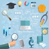 回到学校的网上教育反对毕业概念 免版税库存照片