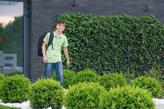 回到学校的青少年的男孩 库存照片