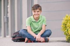回到学校的青少年的男孩 免版税图库摄影