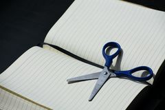 回到学校笔记块笔记本剪蓝色钢金属银 库存图片
