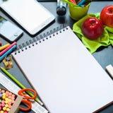 回到学校笔记本反对表教育 库存照片