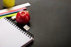 回到学校苹果计算机教育概念 库存图片