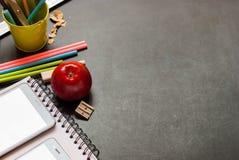 回到学校苹果计算机笔记本铅笔拷贝空间 免版税图库摄影