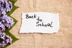 回到学校,与花的老牌背景的 免版税库存照片
