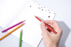 回到学校,写在与铅笔的一个习字簿 免版税库存图片