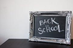 回到学校,在葡萄酒框架的白垩 在黑板的文本 免版税图库摄影