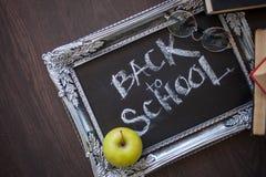 回到学校,在黑板的文本在葡萄酒框架,和课本 免版税库存图片