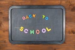 回到学校,在黑板的五颜六色的泡沫信件 免版税库存图片