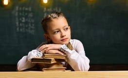 回到学校 一起学习和读在图书馆里的高中或大学生 正在寻找有经验的家庭教师 库存照片