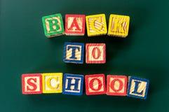 回到学校 关闭`的安排回到学校在粉笔板的`字母表 图库摄影
