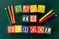 回到学校 关闭`的安排回到学校在粉笔板的`字母表 免版税库存图片