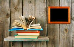 回到学校 在一个木架子的开放书 免版税库存图片