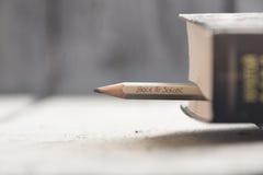 回到学校-在铅笔和书的题字 库存照片
