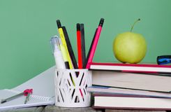 回到学校!堆书,绿色苹果,开放笔记本, diffe 免版税库存照片