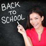 回到学校-妇女老师微笑的黑板 免版税库存照片