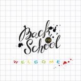 回到学校 字法 在墨水的题字在学校笔记本板料 对学校的邀请 明信片 墨水污点 皇族释放例证