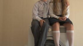 回到学校 愉快的孩子画象有蓝眼睛和金发的在校服 男孩和一个学龄前女孩 股票录像