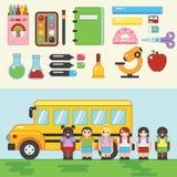 回到学校 有公共汽车的孩子 免版税图库摄影