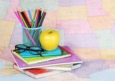 回到学校 苹果、色的铅笔和玻璃 免版税库存图片
