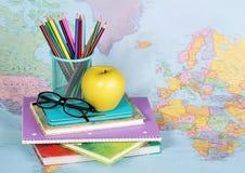 回到学校 苹果、色的铅笔和玻璃 免版税库存照片