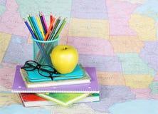 回到学校 苹果、色的铅笔和玻璃 免版税图库摄影