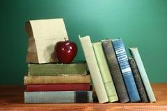 回到学校主题的背景图象的绿色 免版税图库摄影