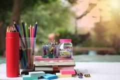 回到概念学校 书和供应在白色木地板上 免版税库存照片