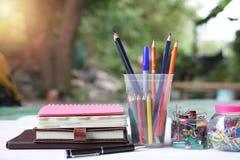 回到概念学校 书和供应在白色木地板上 库存照片