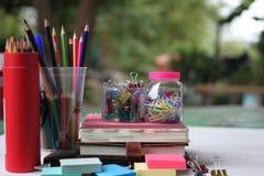回到概念学校 书和供应在白色木地板上 免版税图库摄影