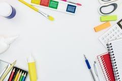 回到概念学校 学校用品和工具的安排 免版税库存照片