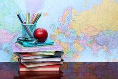 回到概念学校 苹果、色的铅笔和玻璃 库存图片