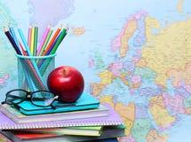 回到概念学校 苹果、色的铅笔和玻璃 免版税库存图片