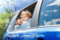 回到汽车的小男孩坐 免版税库存照片