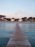 回到海滩跳船 库存照片