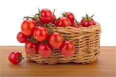 回到空白篮子樱桃查出的蕃茄 库存图片