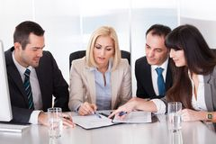 回到背景企业重点查出的人安置了纵向有选择性的小组白色 免版税库存照片