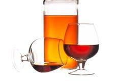 回到背景瓶科涅克白兰地玻璃葡萄 免版税图库摄影