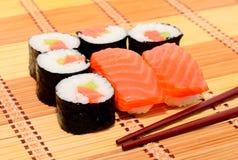 回到背景筷子寿司 免版税库存图片