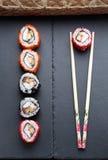 回到背景筷子寿司 免版税图库摄影