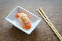 回到背景筷子寿司 免版税库存照片