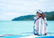 回到视图 坐船首和看风景海vi的亚洲妇女 免版税库存照片