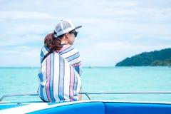 回到视图 坐船首和看风景海vi的亚洲妇女 库存图片