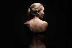 回到赤裸妇女年轻人 体育机构女孩 免版税库存图片