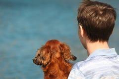 回到达克斯猎犬人浇灌年轻人 图库摄影