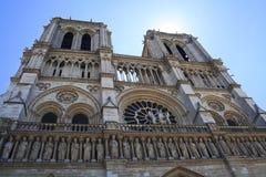 回到银行大教堂贵妇人法国留给notre巴黎侧视图 免版税库存图片