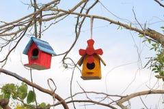 回到鸟蓝色颜色停止的房子红色美国白色庭院 免版税库存图片