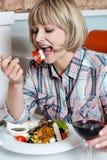 回味她的膳食用红葡萄酒的妇女 免版税库存图片