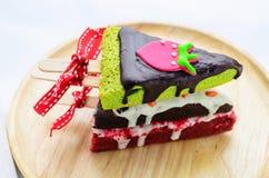 回家与红色弓和丝带的做的果仁巧克力冬天树形状  免版税库存照片