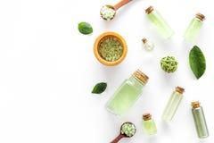 回家与茶橄榄油和盐的做的温泉化妆用品浴的在白色背景顶视图大模型 免版税库存照片